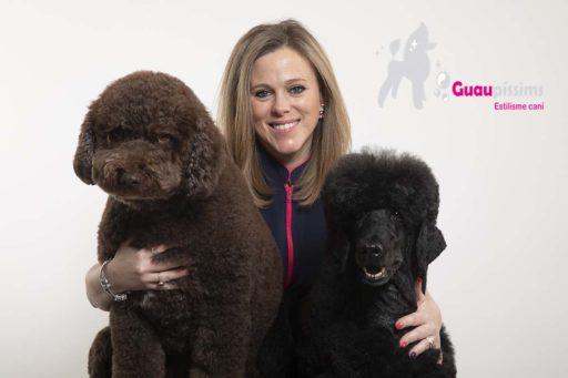 La peluquera canina Lidia López de Barcelona y dos caniches.